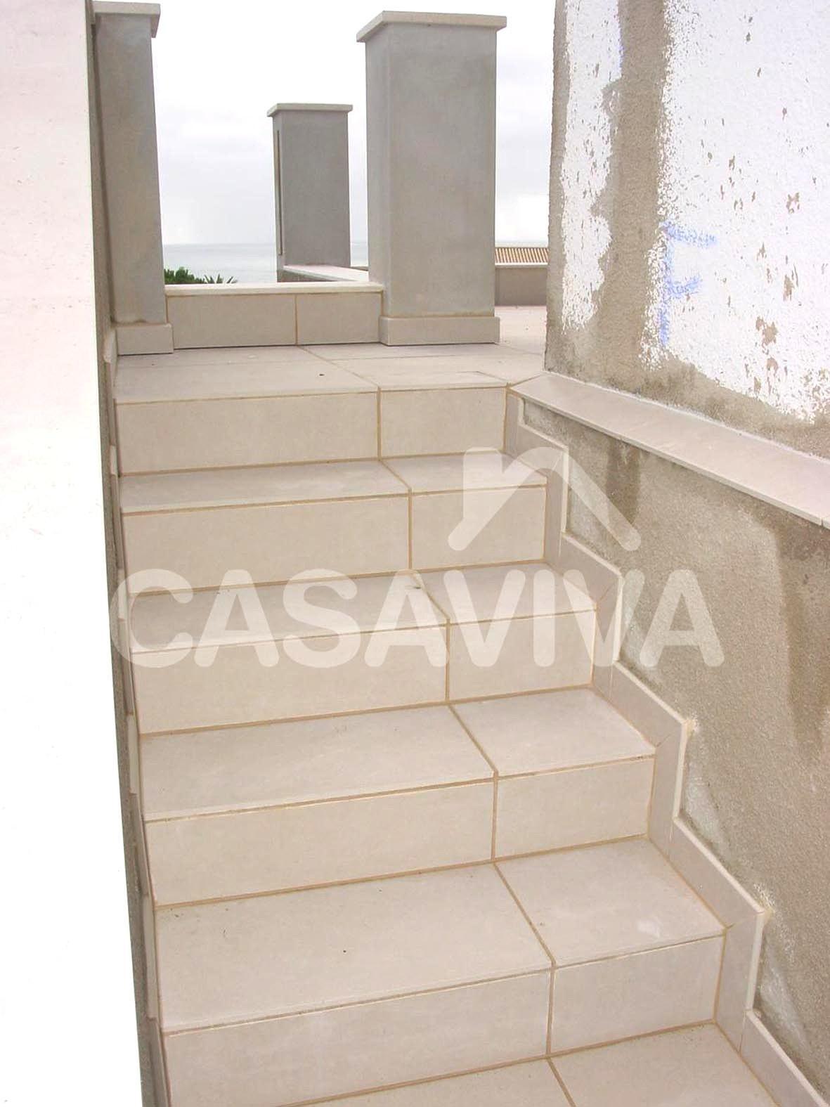 Remodelação de espaço exterior.Escada exterior com revestimento cerâmico.