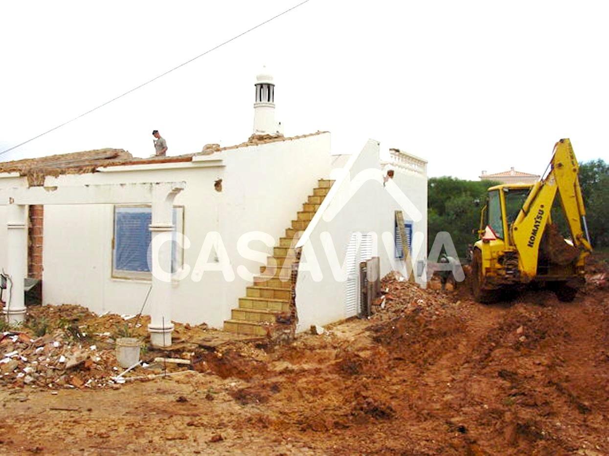 Trabalhos de demolição para ampliação da moradia.Demolição de paredes e cobertura.