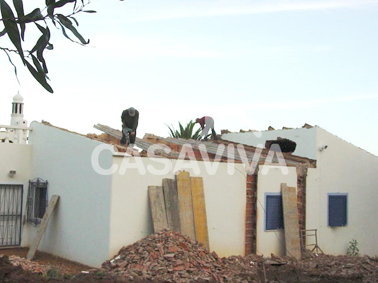 Trabalhos de demolição para ampliação da moradia.Demolição de cobertura.