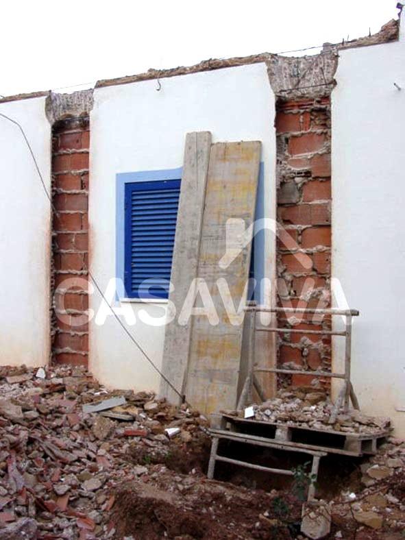Trabalhos de demolição para ampliação da moradia.Demolição de paredes para execução da nova estrutura.