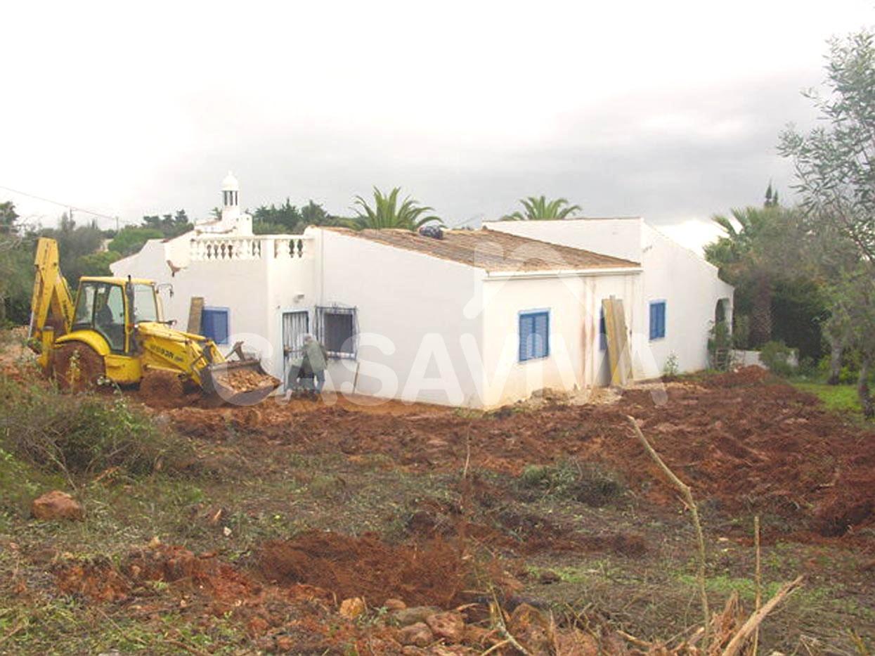 Trabalhos de escavação para implantação da estrutura de ampliação da moradia.