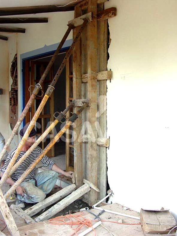 Execução da estrutura da ampliação da moradia.Escoramento de cofragem dos novos pilares.