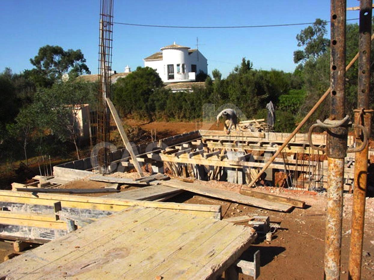 Execução da estrutura da ampliação da moradia.Vigas, pilares e laje do novo piso superior.