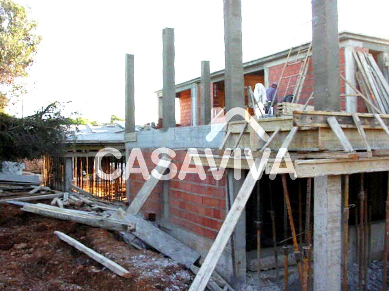 Execução da estrutura, paredes e telhado da ampliação da moradia.Vigas, pilares e laje em betão armado, paredes em alvenaria de tijolo.