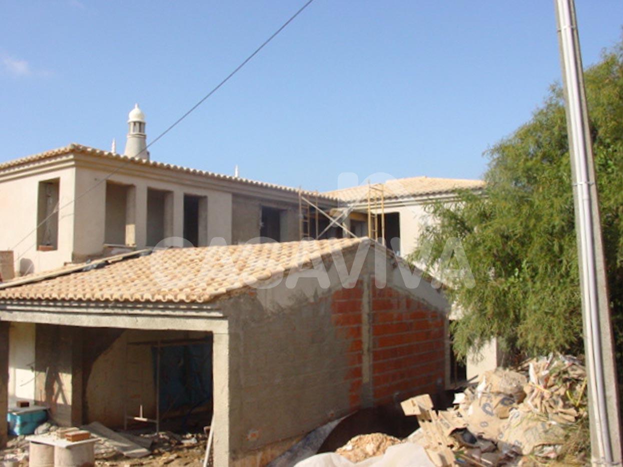 Execução da estrutura, paredes e telhado da ampliação da moradia.Vigas, pilares e laje em betão armado, paredes em alvenaria de tijolo, cobertura com telha cerâmica.