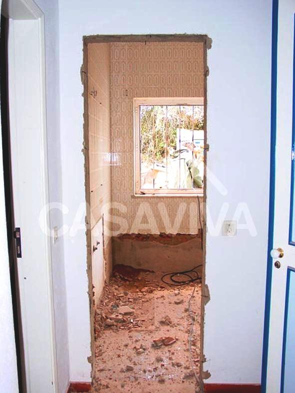 Trabalhos de demolição para ampliação da moradia.Demolição de paredes interiores.