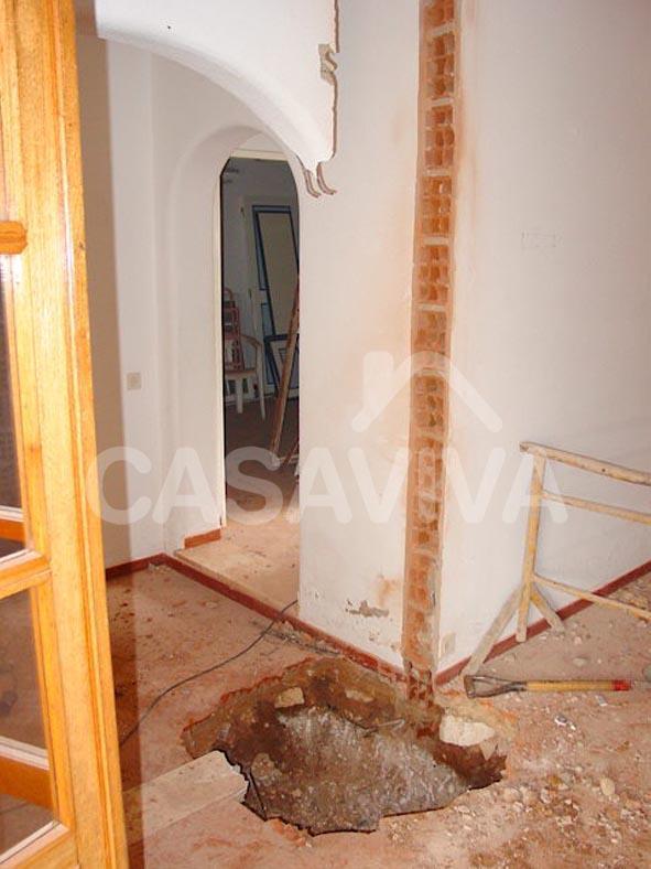 Trabalhos interiores de escavação para implantação da estrutura de ampliação da moradia.