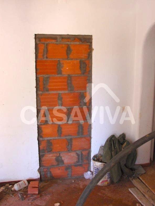 Execução das novas paredes de alvenaria de tijolo do piso inferior.