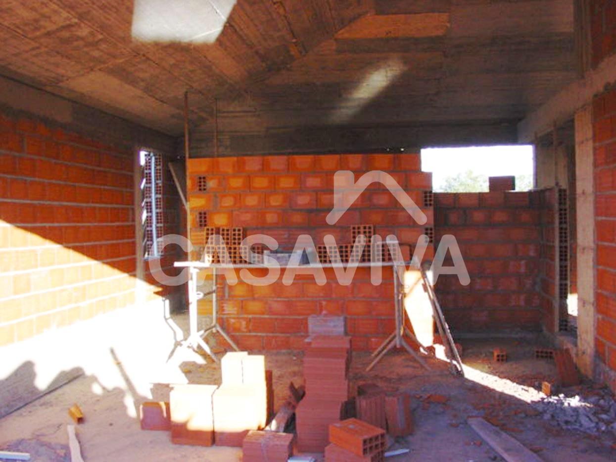 Execução das novas paredes de alvenaria de tijolo do piso superior.