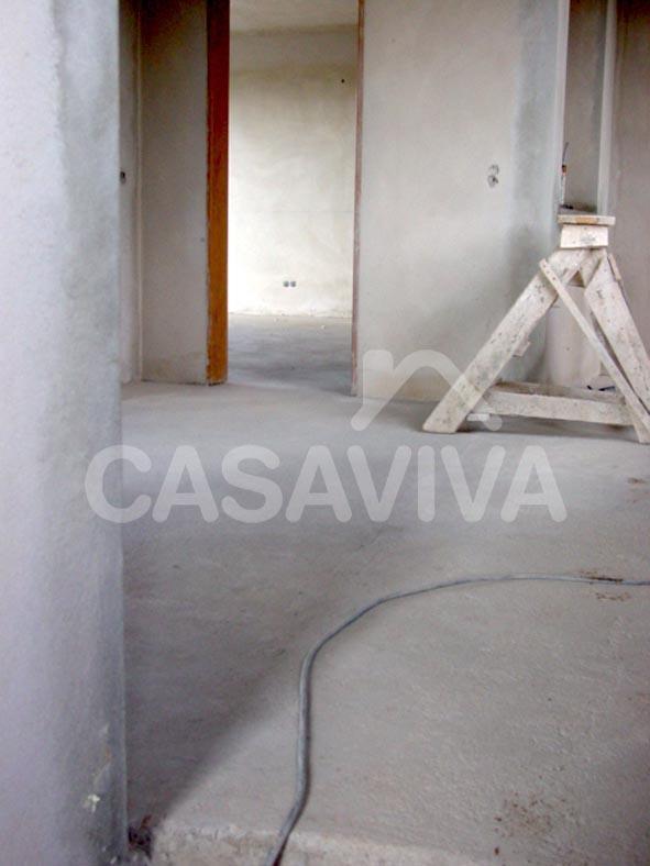Regularização de pavimento e paredes.Betonilha de regularização e reboco.