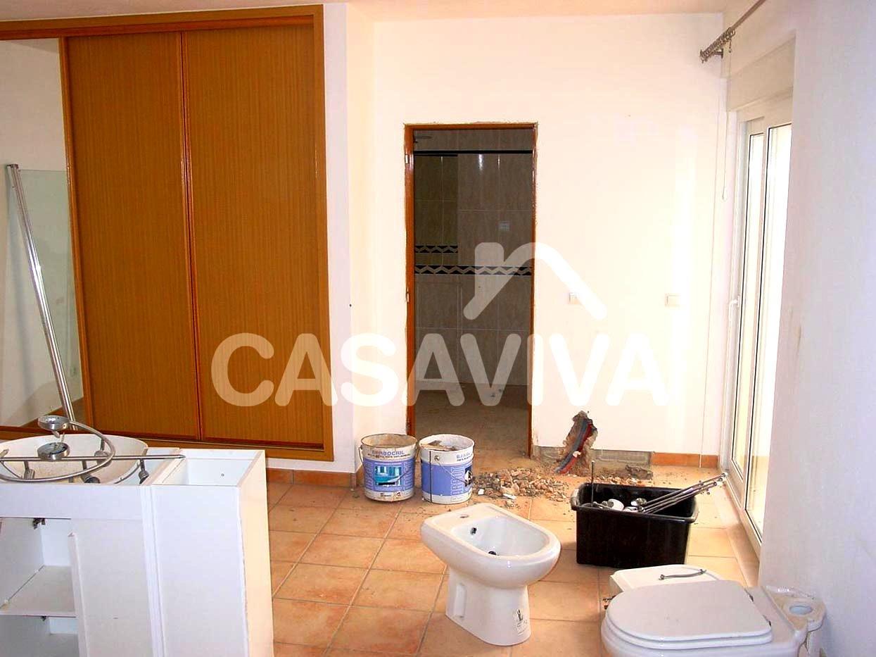Fornecimento e montagem de roupeiro encastrado com portas de correr.Pintura de paredes e tecto do quarto.