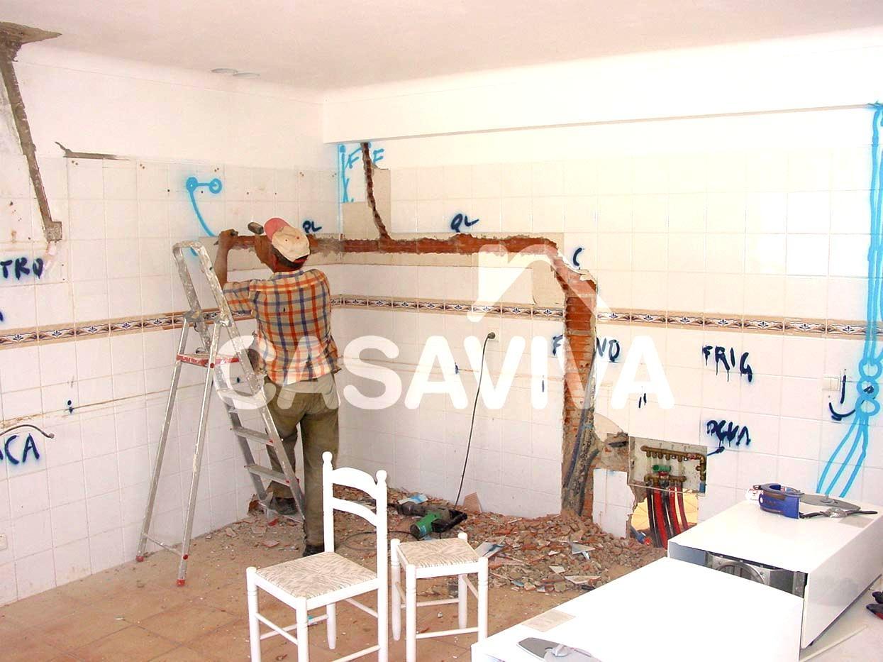 Marcação e abertura de roços das novas instalações técnicas da cozinha.