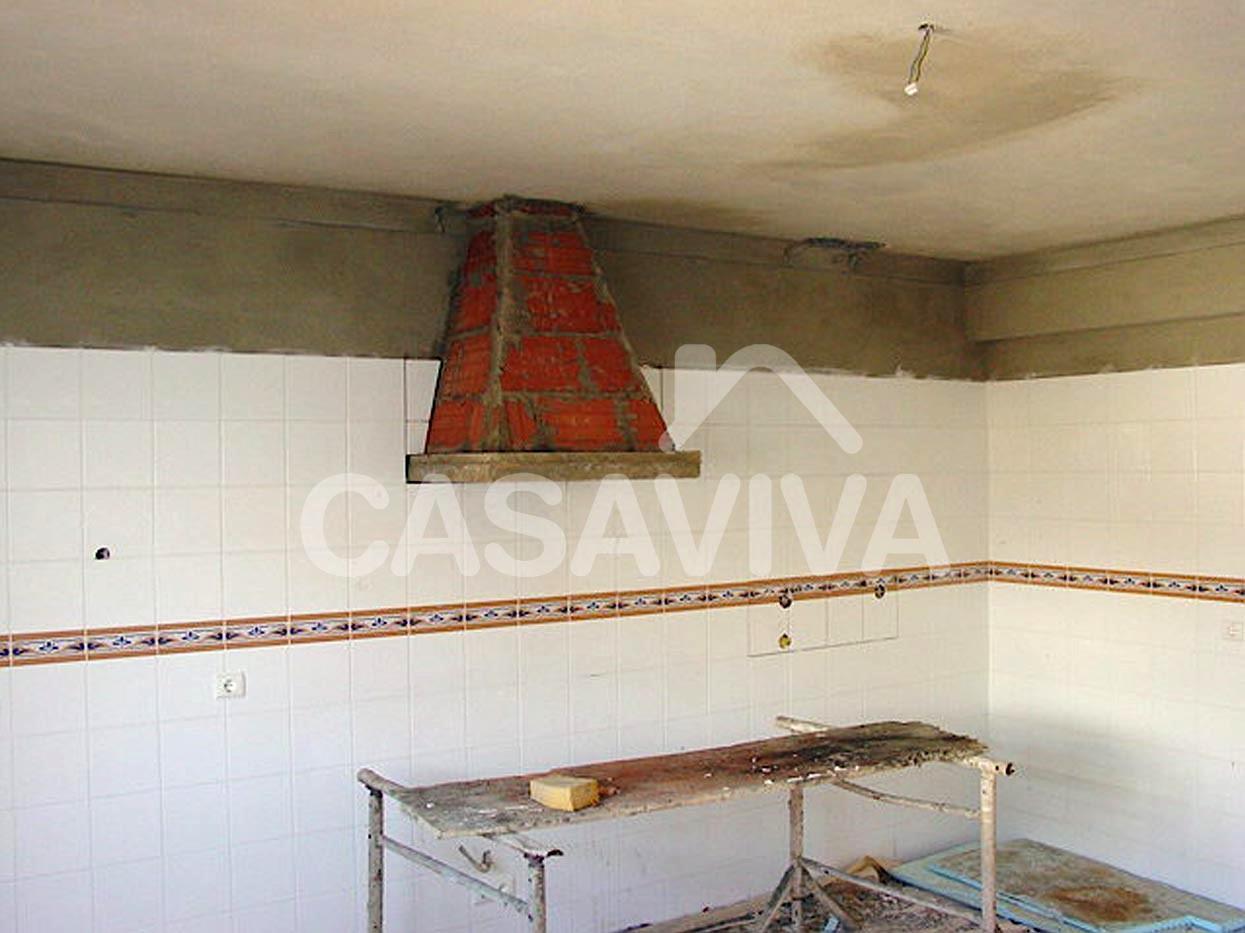 Construção da chaminé em alvenaria de tijolo para exaustão de gases de fogão.