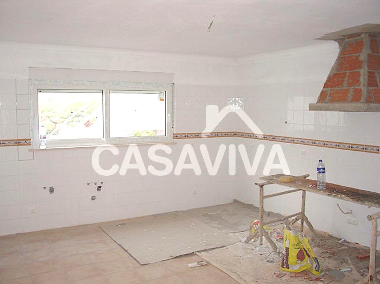 Construção da chaminé em alvenaria de tijolo para exaustão de gases de fogão.Pintura de paredes e tecto.