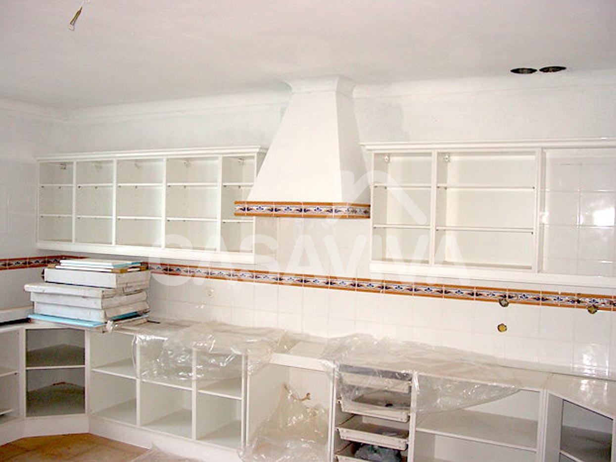Aplicação de móveis de cozinha inferiores e superiores em melamina.