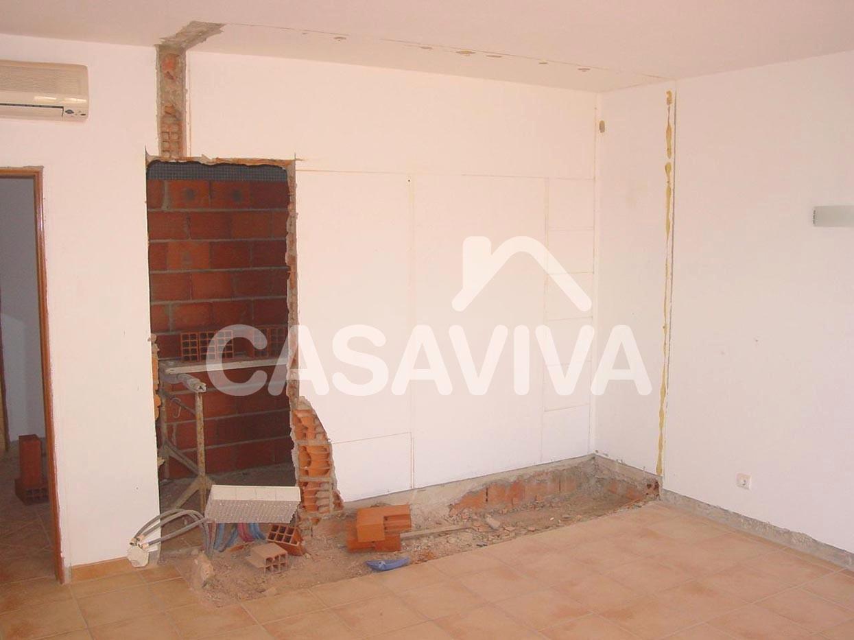 Remodelação total das casas de banho da moradia.Abertura de vão para alteração de acessos às casas de banho.