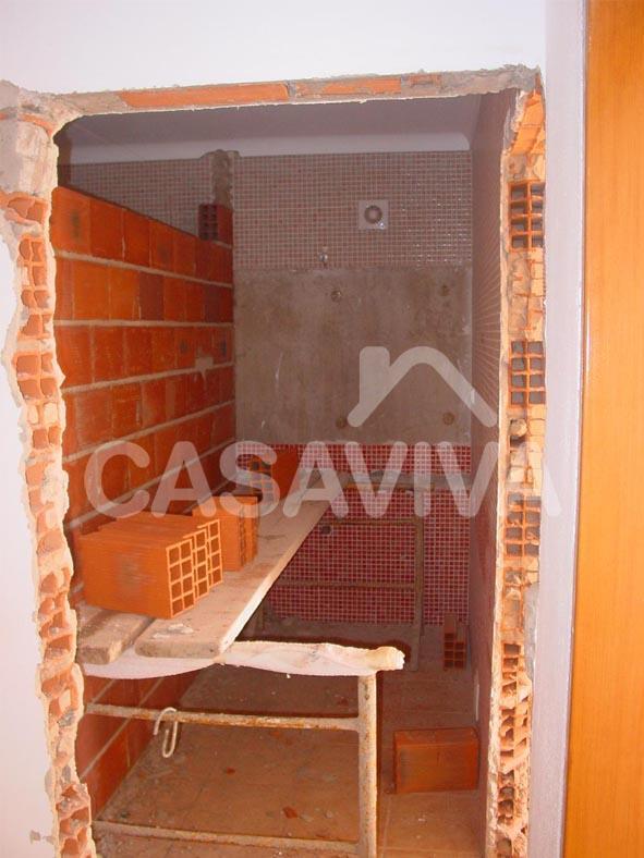 Remodelação total das casas de banho da moradia.Abertura de vão para alteração de acessos às casas de banho.Execução de parede divisória interior em alvenaria de tijolo para criação de nova casa de banho.