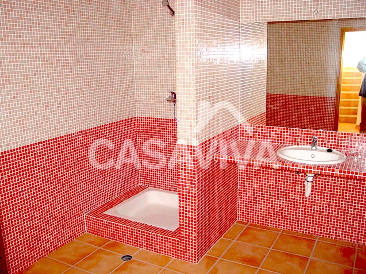 Remodelação total das casas de banho da moradia.Base de duche, bancada com lavatório encastrado, torneiras misturadoras monocomando.