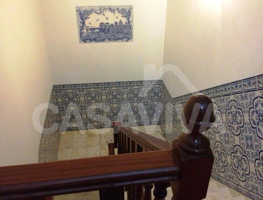 A zona da caixa de escadas sofreu intervenção ao nível dos paramentos verticais e ao nível do revestimento de mármore da escadaria.