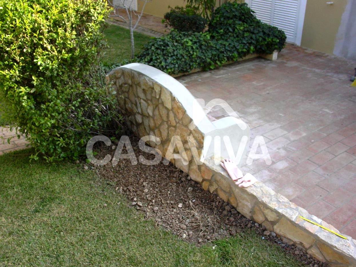 de banco de jardim:Construção de novo banco de jardim e murete em  #99A625 1245x933