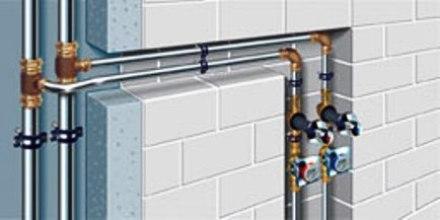 A intervenção habitual nas Redes de Água e nas Redes de Gás é semelhante podendo colocar-se a canalização por dentro das paredes (abrindo roços e substituindo a canalização existente) ou por fora das paredes (não mexendo na canalização existente e colocando a nova sem substituição).