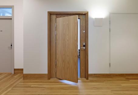 A carpintaria em portas contempla portas de interiores, portas de entrada maciças ou blindadas.