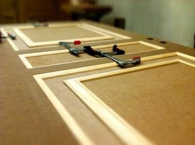 O aglomerado é utilizado em carpintaria interior e em mobiliário.