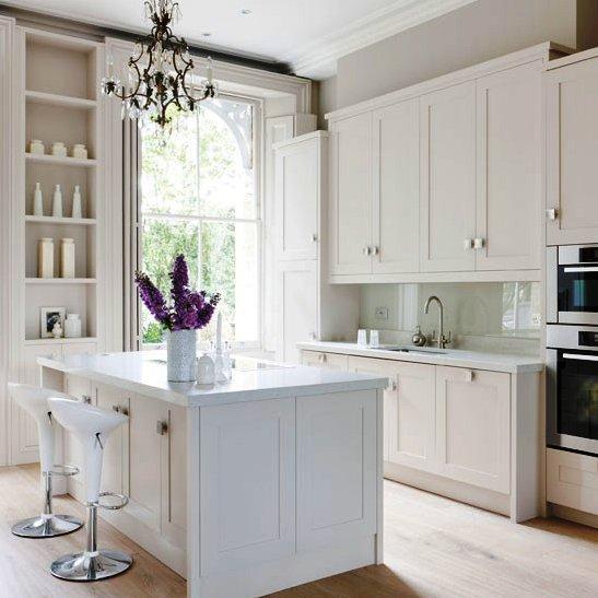 Apesar da função principal de uma cozinha ser a confecção de alimentos, pode também ser o local de eleição para as refeições da família.
