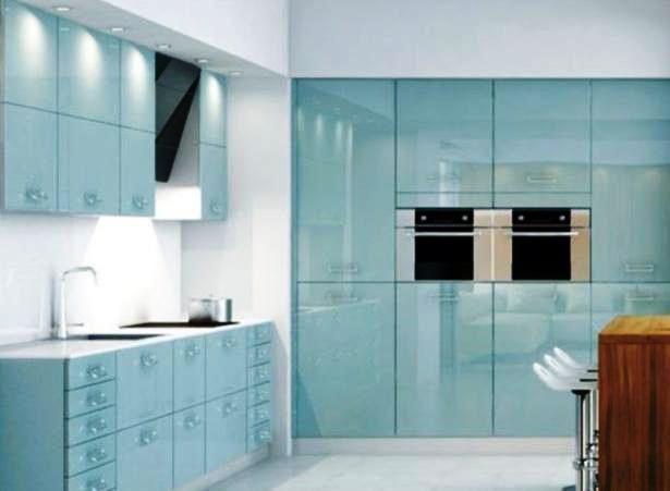 As cozinhas em vidro, brilhante ou fosco e em várias tonalidades, dão um aspecto leve e fresco ao espaço.
