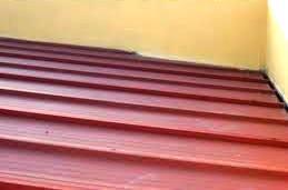 Uma cobertura pode ter um revestimento constituído por chapas metálicas. Este tipo de solução inclui normalmente camadas de isolamento e impermeabilização sob o revestimento.