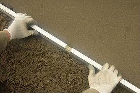 Nas coberturas em terraço, quando se utilizam betões leves para definir a penente, é fundamental a aplicação de uma betonilha de regularização sobre a camada do betão leve.