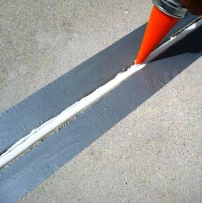 As juntas de dilatação são elementos para absorver a expansão causada pelo aumento da temperatura, evitando tensões indesejáveis que podem causar fissuração do pavimento.