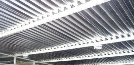 Os painéis flutuantes são leves, flexíveis e fáceis de instalar.