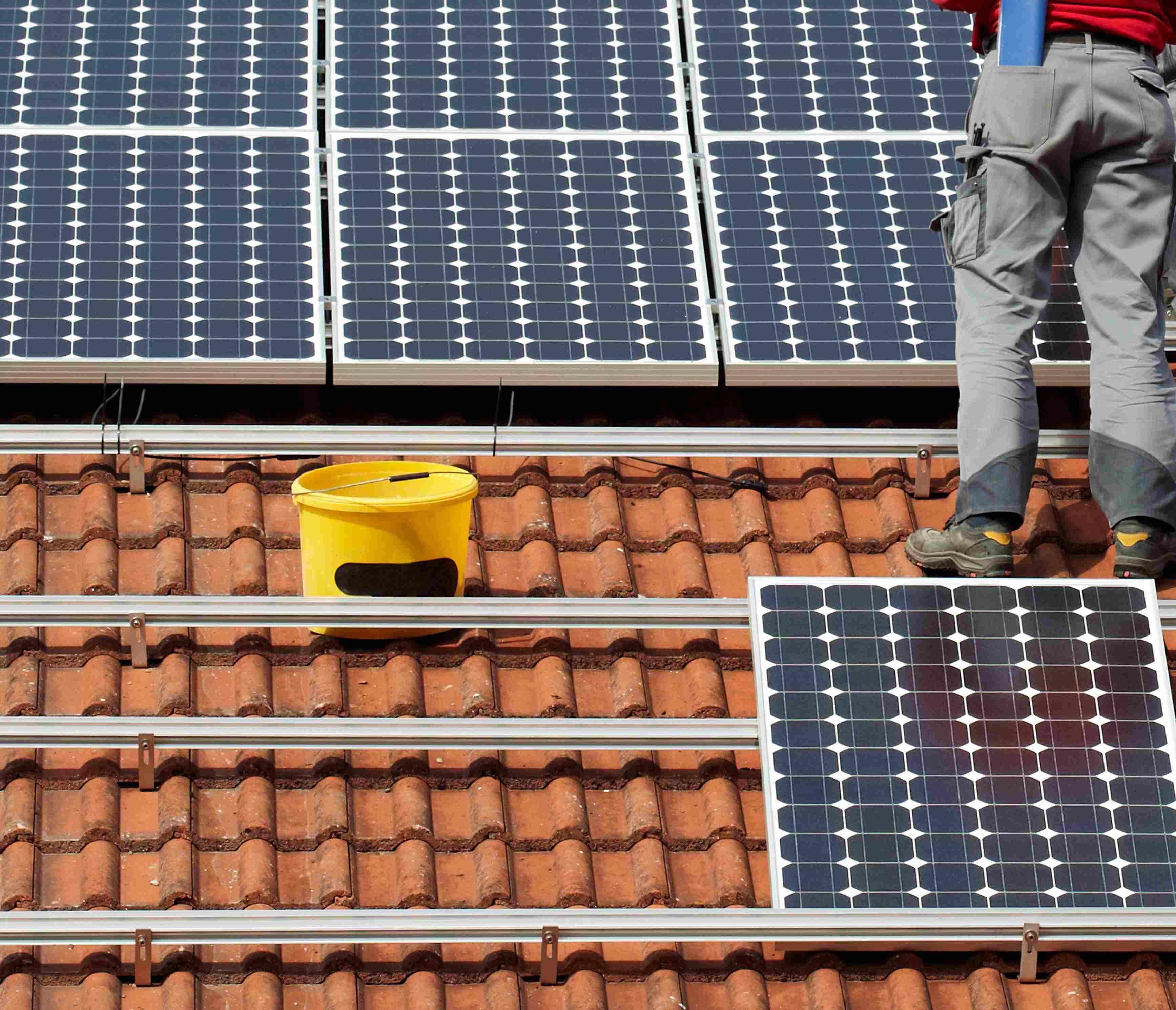 Numa residência com consumo mensal de 120 kWh, o sistema de aquecimento solar residencial costuma trazer economia que varia em 25 a 35% da conta de energia mensal.