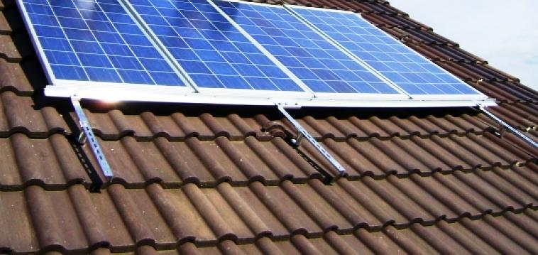 Os Painéis Solares Fotovoltaicos convertem a energia solar em energia eléctrica que é armazenada em baterias. A energia produzida pode satisfazer o consumo local ou integrar a rede eléctrica.