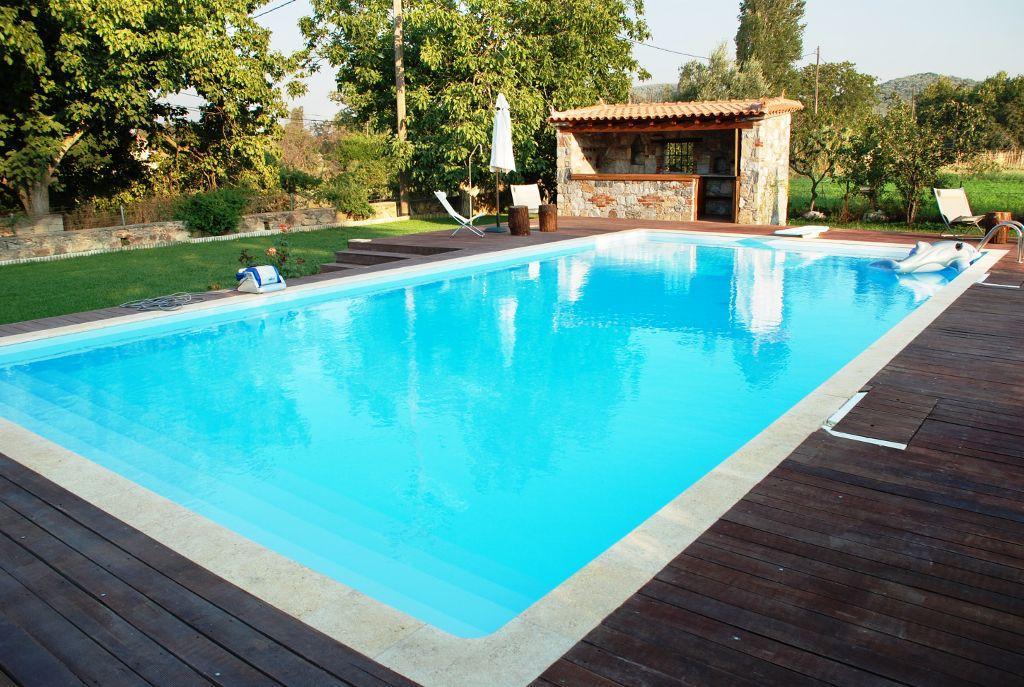 Existem muitos acessórios com que pode equipar a sua piscina como iluminação, aquecedores, filtros especiais, entre outros.