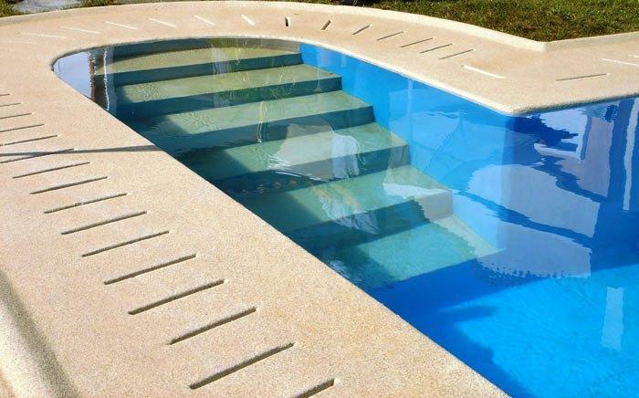 A solução mais previligiada de revestimento de piscinas são as placas de pastilha de vidro.