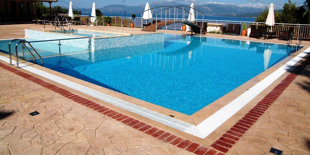 Existe um vasto leque de opções de revestimentos para piscinas como pedras, azulejos, pastilhas cerâmicas, mosaico, entre outras.