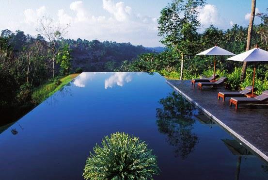 O sistema básico de filtragem de uma piscina engloba o ralo de fundo e o sistema de circulação da água (bomba de água e sistema de filtragem).