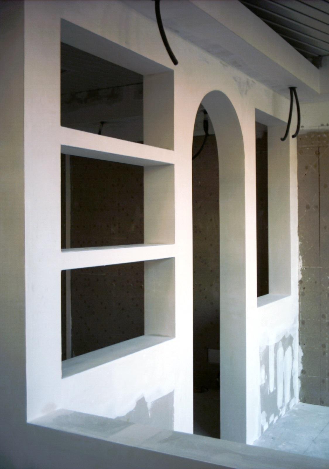 O Gesso Laminado tem a vantagem da rapidez na preparação e instalação, economia na sua utilização, acabamentos finais perfeitos e paredes mais finas.