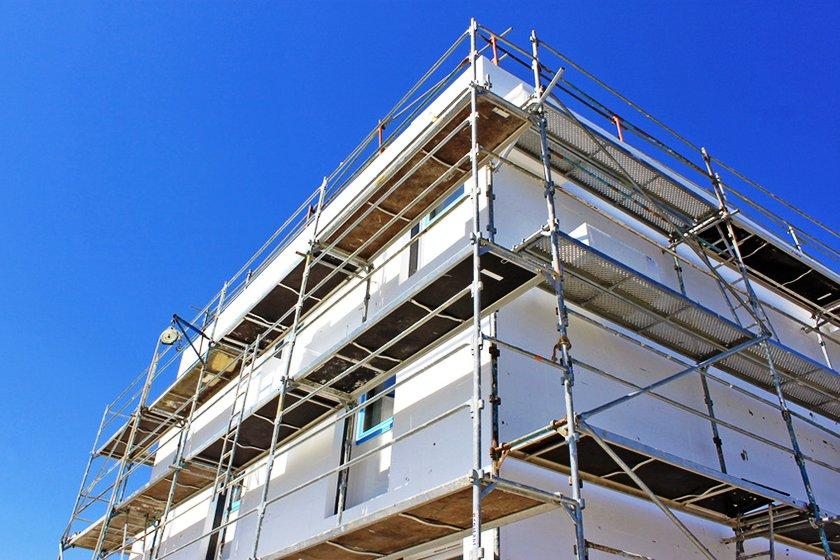 A constante exposição a que estão sujeitas as fachadas de edifícios, torna-as susceptíveis ao desenvolvimento de patologias, exigindo trabalhos de manutenção, e, muitas vezes, trabalhos de recuperação total.