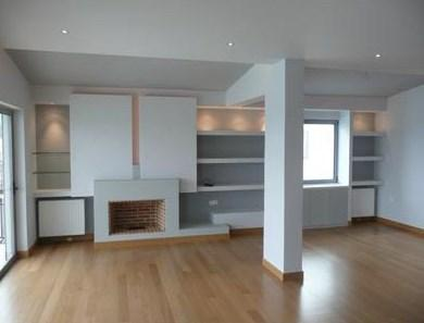 Ao nível de remodelações em interiores podem-se realizar intervenções ao nível de paredes, tetos, pavimentos, organização de espaço, acabamentos, equipamentos, entre outros.