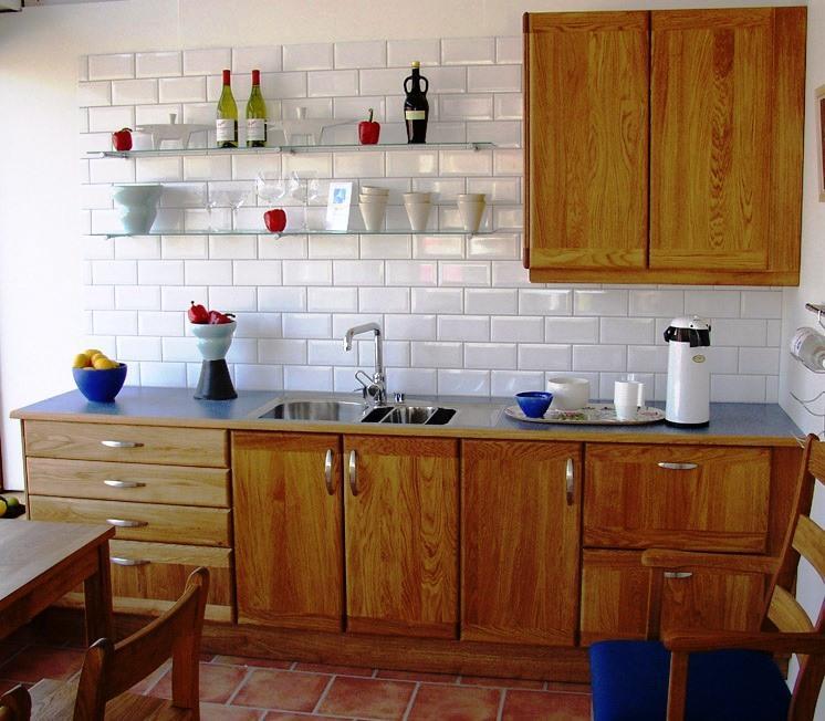 O mobiliário da sua cozinha define imenso a organização pretendida e a temática envolvente. O mobiliário pode ser constituído por diversos materiais como por exemplo por madeira.