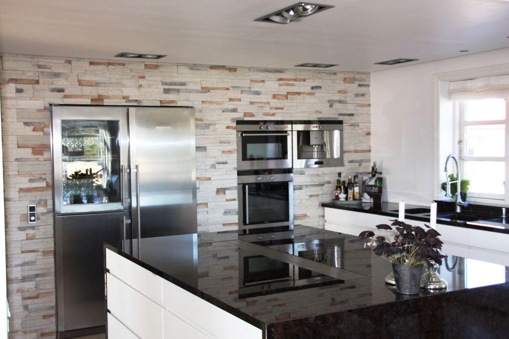 A cozinha define-se ao nível da organização do espaço, disposição de equipamentos, cores, texturas e materiais que constituem os acabamentos e revestimentos.