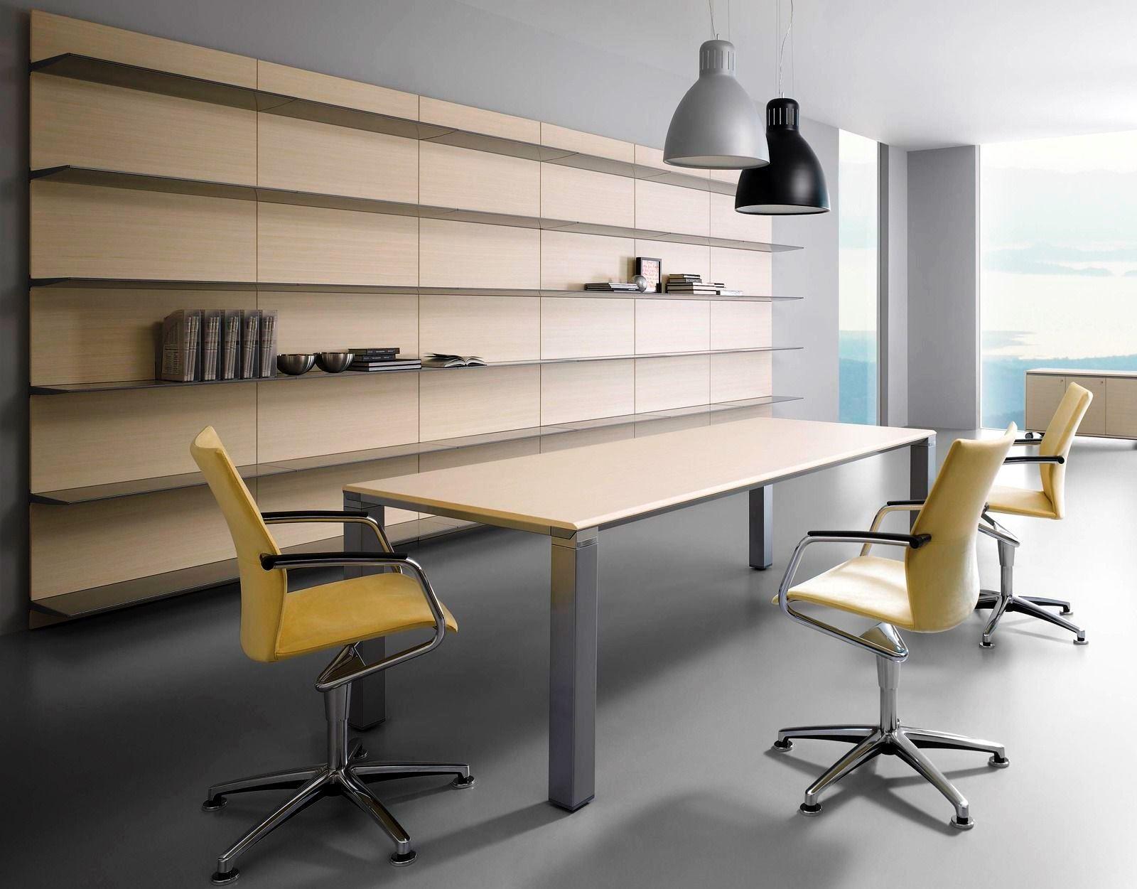 O mobiliário de um escritório define bastante a organização pretendida e a temática envolvente. O mobiliário pode ser constituído por materiais como madeira, vidro, plástico ou mesmo metal.
