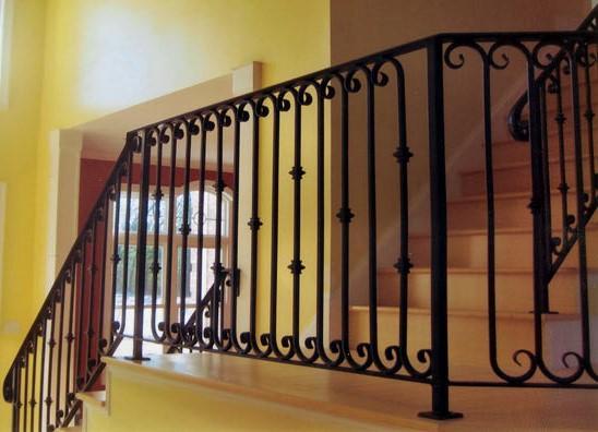 O ferro é um metal com boa resistência mecânica e é usado em trabalhos de serralharia como gradeamentos, portões e guarda-corpos.
