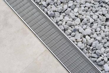 A principal qualidade do alumínio, material bastante leve, é a de não enferrujar.