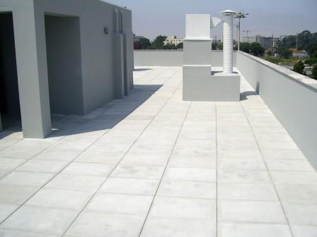 Existem várias soluções de revestimento em terraços sendo os mais comuns os ladrilhos cerâmicos, placas pétreas e membranas betuminosas.
