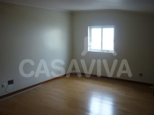 Foi aplicado um novo sistema de pintura em todas as paredes no apartamento que careciam de revestimento adequado.