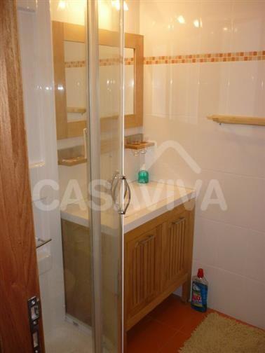 Na casa de banho foi executado um novo revestimento tal como pretendido pelo Cliente.